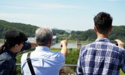 South Koreans look across the border to North Korea. (© picture-alliance/dpa)