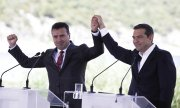 Greek Prime Minister Alexis Tsipras (right) and his Macedonian counterpart Zoran Zaev. (© picture-alliance/dpa)