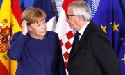 Merkel with EU Commission President Juncker, who convened the summit at her request. (© picture-alliance/dpa)