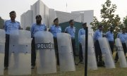 Police outside Pakistan's Supreme Court on 31 October. (© picture-alliance/dpa)