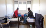 Romanian construction workers in an accommodation container in Lower Saxony. (© picture-alliance/dpa)