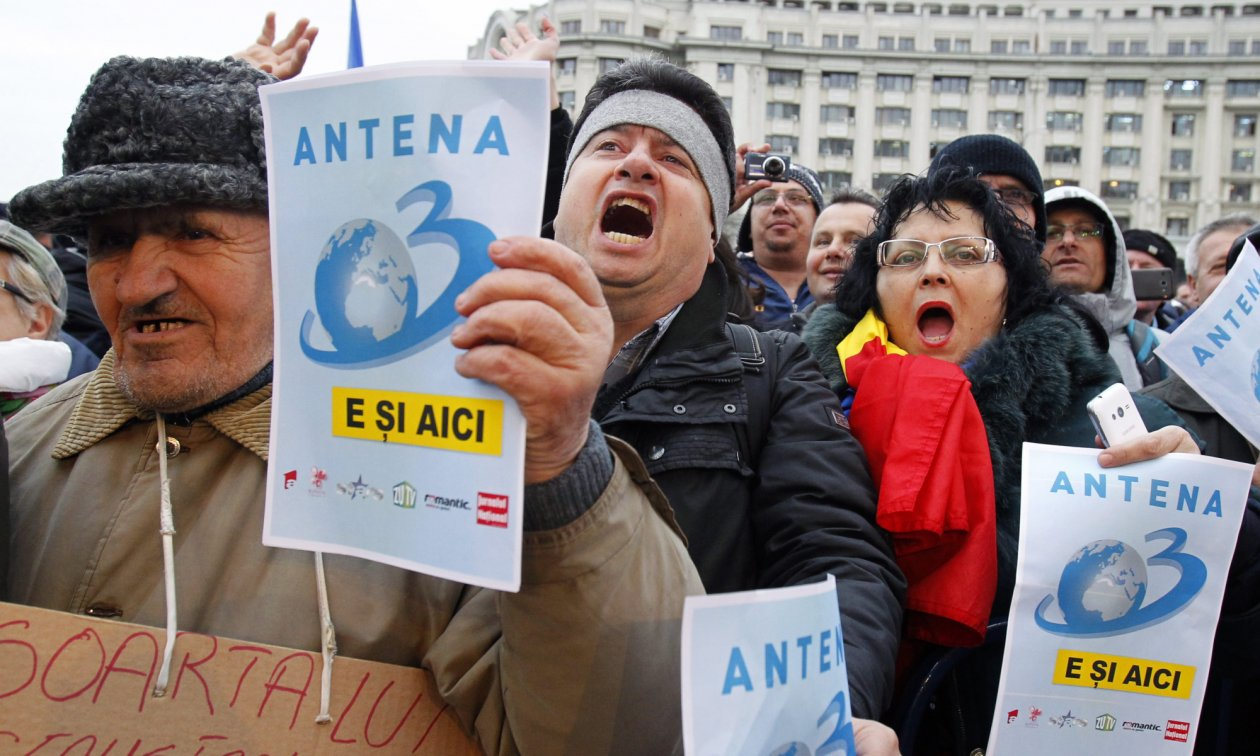 Supporters of the private broadcaster Antena 3 demonstrating on 19 February 2016 against the State's confiscation of the Intact group's television studios after Intact owner Dan Voiculescu was convicted of money laundering.
