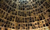 "The ""Hall of Names"" at the Yad Vashem Holocaust Remembrance Center. (© picture-alliance/dpa)"