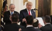 Donald Trump presented his ideas in a joint press conference with Israeli Prime Minister Benjamin Netanyahu. (© picture-alliance/dpa)
