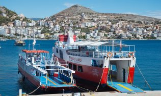 Ferry from Saranda, Albania, to the Greek island of Corfu. (© picture-alliance/dpa)