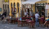 Street cafe in the Bavarian town of Bamberg, on May 21. (© picture-alliance/dpa)