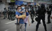 Police officers detain a young demonstrator during protests against the new security law in Hong Kong. (© picture-alliance/dpa)