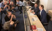 Sebastian Kurz (right) before being questioned by the Ibiza committee of inquiry. (© picture-alliance/dpa)