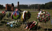 Funeral wreaths in the former Auschwitz-Birkenau concentration camp. (© picture-alliance/dpa)