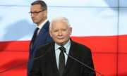 Jarosław Kaczyński, head of the PiS; in the background: Prime Minister Morawiecki. (© picture-alliance/dpa)
