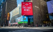 A Times Square à New York, une affiche électorale accuse les médias traditionnels de diffuser des fake-news. (© picture-alliance/dpa)