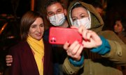 The Moldovan president elect poses with supporters for a selfie. (© picture-alliance/dpa, Valery Sharifulin)