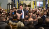 Astrazeneca CEO Pascal Soriot addressing employees in Dunkirk on the occasion of a visit by Emmanuel Macron on January 20. (© picture-alliance/Raphaël Lafargue)