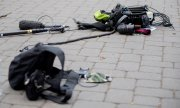 A camera crew's equipment lies on the ground after an attack in Berlin on 1 May 2020. (© picture-alliance/Christoph Soeder)