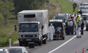 The lorry is licensed in Hungary, but the driver has disappeared without a trace. (© picture-alliance/dpa)