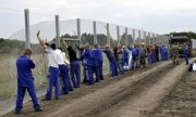 The new fence between Hungary and Serbia is 175 kilometres long. (© picture-alliance/dpa)