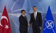 Nato chief Stoltenberg (right) promised Turkish Prime Minister Ahmet Davutoğlu on Tuesday that security measures would be boosted. (© picture-alliance/dpa)