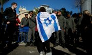 Supporters of the soldier Elor Azaria demonstrate outside the court building. (© picture-alliance/dpa)