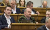 Party founder Marian Kotleba (centre) in the Slovakian parliament. (© picture-alliance/dpa)