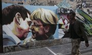 New love? Graffiti featuring Merkel and Tsipras in Athens. (© picture-alliance/dpa)
