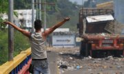 Fighting over aid convoy on the border between Venezuela and Colombia. (© picture-alliance/dpa)