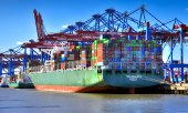 A fully loaded container ship docked in Hamburg. (© picture-alliance/dpa)