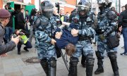 Police arresting a demonstrator in Moscow at a protest on August 10, 2019. (© picture-alliance/dpa)
