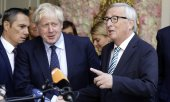 Johnson (l.) and Juncker in Luxembourg. (© picture-alliance/dpa)