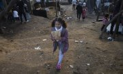 A girl in the Moria refugee camp on Lesbos. (© picture-alliance/dpa)