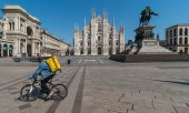 The almost empty cathedral square in the regional capital, Milan, on 9 April. (© picture-alliance/dpa)