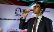 Andry Rajoelina, President of Madagascar, drinks a bottle of the herbal remedy Covid Organics. (© picture-alliance/dpa)