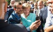 Iraqi refugee Shaker Kedida with Angela Merkel: a picture that went around the world. (© picture-alliance/dpa)