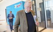 AfD parliamentary group leader Alexander Gauland (front) and party spokesmanTino Chrupalla on March 3. (© picture-alliance/Michael Kappeler)