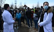 Navalny supporters, including doctors, demonstrating outside the prison where he is being held in the city of Pokrov. (© picture-alliance/Evgeny Odinokov)