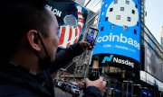 Un employé de Coinbase célèbre l'introduction en bourse le 14 avril, à Times Square, à New York. (© picture-alliance/Richard Drew)