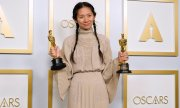 Chloé Zhao won Oscars for best film and best director with Nomadland, a film about modern-day nomad workers in the US. (© picture-alliance/Chris Pizzello)