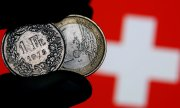 Only at the start of January the SNB had stressed its intention of sticking to the minimum exchange rate of 1.20 francs per euro introduced three years ago. (© picture-alliance/dpa)