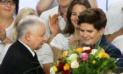 After his party's victory PiS leader Jaroslaw Kaczyński made a speech even before its candidate Beata Szydlo did so. (© picture-alliance/dpa)