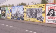 A peace line in Belfast runs between a Catholic and a Protestant area. (© picture-alliance/dpa)