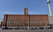 "The ""Red City Hall"", seat of the Berlin state government. (© picture-alliance/dpa)"