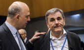 EU Commissioner for Economic and Financial Affairs Pierre Moscovici and the Greek Finance Minister Efklidis Tsakalotos. (© picture-alliance/dpa)