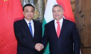 Hungary's Prime Minister Viktor Orbán (right) welcomes his Chinese counterpart Li Keqiang. (© picture-alliance/dpa)