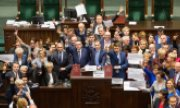 In December 2016 the opposition blocked the parliament in protest against a controversial media law. (© picture-alliance/dpa)