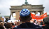 A man wearing a kippah at a demonstration against anti-Semitism in Berlin. (© picture-alliance/dpa)