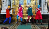 The Pussy Riot activists during their performance in Moscow's Cathedral of Christ the Saviour. (© picture-alliance/dpa)