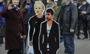 Cardboard figures of Yulia Tymoshenko and Volodymyr Zelensky in Kiev. (© picture-alliance/dpa)