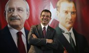 Ekrem İmamoğlu in front of an image of CHP leader Kılıçdaroğlu and republic founder Atatürk. (© picture-alliance/dpa)