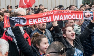 İmamoğlu's supporters celebrate his victory. (© picture-alliance/dpa)