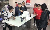 Customers at a Huawei store in Beijing. (© picture-alliance/dpa)