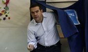 Prime Minister Alexis Tsipras leaving the polling booth. (© picture-alliance/dpa)